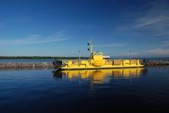 El transbordador de Alassalmi en el lago Oulujarvi en Finlandia Fotografía de archivo libre de regalías