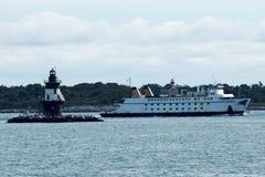 El transbordador de Mary Ellen que pasa el faro del punto de Oriente fotos de archivo