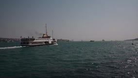 El transbordador del barco de vapor va con el pasajero en el mar en Estambul Bosphorus metrajes