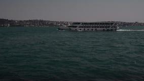 El transbordador del barco de vapor va con el pasajero en el mar en Estambul Bosphorus almacen de metraje de vídeo