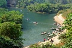 El transbordador está parqueando en un embarcadero para los turistas que visitan el Trang un complejo del turismo ecológico, que  Foto de archivo
