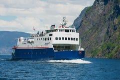 El transbordador llega al puerto el Aurlandsfjord en Flam, Noruega imagenes de archivo