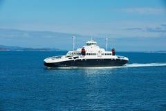 El transbordador llega al puerto en Tveit, Noruega imagen de archivo