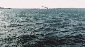 El transbordador pasa en el viñedo HD de Marthas de la bahía en el camino almacen de metraje de vídeo