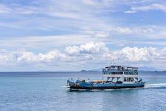 El transbordador que llega a la isla de Koh Chang del continente imagen de archivo libre de regalías