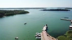 El transbordador también cae aquí como muchos otros pequeños puertos por todo el archipiélago de Finlandia almacen de metraje de vídeo