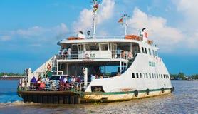 El transbordador trae a viajeros de Saigon Fotos de archivo