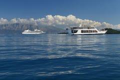 El transbordador y el crucero envían en el mar azul tranquilo Foto de archivo libre de regalías