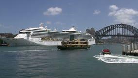El transbordador y la lancha de carreras que salen de Sydney se abrigan con el barco de cruceros y el puente del puerto en el fon almacen de video