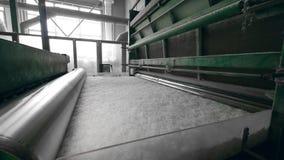 El transportador de la planta presiona la fibra de poliéster blanca metrajes