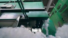El transportador no tejido de la planta de la tela mueve porciones de fibra de poliéster almacen de metraje de vídeo