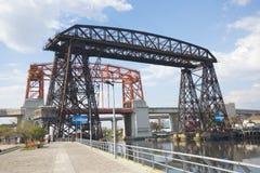 El transportador tiende un puente sobre el La Boca Buenos Aires imagen de archivo