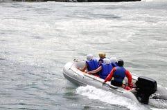 El transportar en balsa abajo de un río de la montaña Fotos de archivo libres de regalías