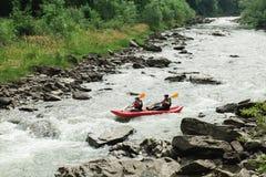El transportar en balsa en botes pequeños en el río Imágenes de archivo libres de regalías