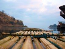 El transportar en balsa de bambú Foto de archivo libre de regalías