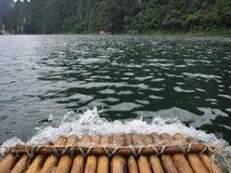 El transportar en balsa de bambú Foto de archivo