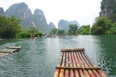 El transportar en balsa de bambú Imagenes de archivo