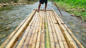 El transportar en balsa de bambú almacen de video