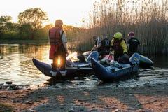 el transportar en balsa de río en el catamarán durante puesta del sol foto de archivo libre de regalías