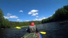 El transportar en balsa de río kayaking Superación de rápidos del agua en barco Remar la paleta emparejada Deportes extremos Depo almacen de video