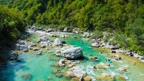 El transportar en balsa de Whitewater en las aguas esmeralda del río de Soca, Eslovenia Fotografía de archivo libre de regalías