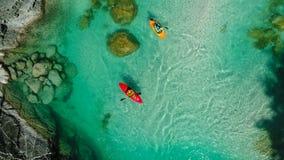 El transportar en balsa de Whitewater en las aguas esmeralda del río de Soca, Eslovenia Fotografía de archivo