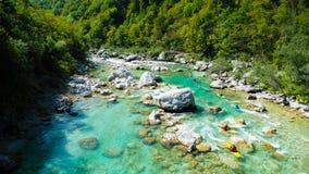El transportar en balsa de Whitewater en las aguas esmeralda del río de Soca, Eslovenia Foto de archivo libre de regalías