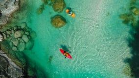 El transportar en balsa de Whitewater en las aguas esmeralda del río de Soca, Eslovenia Imagenes de archivo