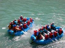 El transportar en balsa del agua blanca imagen de archivo