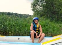 El transportar en balsa del agua blanca de la mujer que va Fotos de archivo