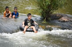 El transportar en balsa del agua de la diversión de Asia del niño Fotografía de archivo