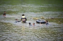 El transportar en balsa del agua de la diversión de Asia del niño Foto de archivo libre de regalías