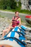 El transportar en balsa del agua, mujer y barco de la balsa Fotografía de archivo