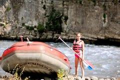 El transportar en balsa del agua, mujer y barco de la balsa Imagen de archivo