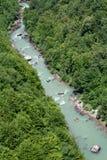 El transportar en balsa en el barranco montenegrian del río de Tara Fotografía de archivo libre de regalías