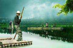 El transportar en balsa en el lago imagen de archivo