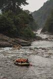 El transportar en balsa en el río Foto de archivo