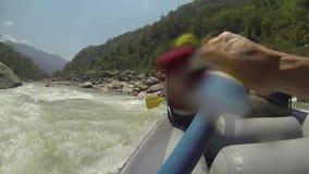 El transportar en balsa en el río de Dudh-Koshi metrajes