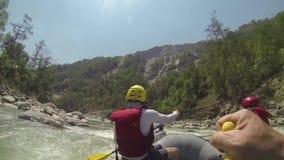 El transportar en balsa en el río de Dudh-Koshi almacen de video