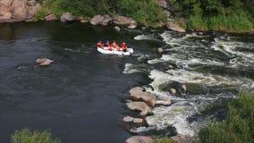 El transportar en balsa en el río rápido metrajes