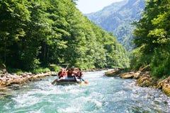 El transportar en balsa en la barranca del río Neretva Foto de archivo