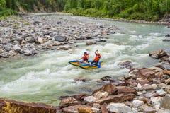El transportar en balsa en un catamarán en el río de la montaña Imagen de archivo