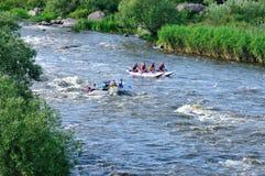 El transportar en balsa en un río Foto de archivo libre de regalías