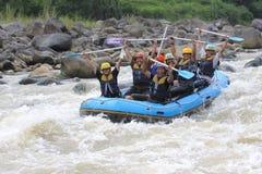 El transportar en balsa feliz en el río Indonesia del progo Fotos de archivo libres de regalías