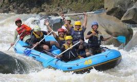 El transportar en balsa feliz en el río Indonesia del progo Imagen de archivo