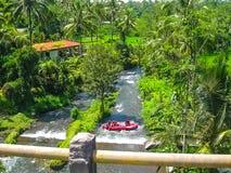 El transportar en balsa en la barranca en el río de la montaña de Balis Fotos de archivo