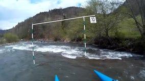 El transportar en balsa loco en el río en tiempo de primavera metrajes