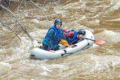 El transportar en balsa en primavera Amata del río, Letonia Gente y barco, agua Imagen de archivo