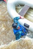 El transportar en balsa en primavera Amata del río, Letonia Gente y barco, agua Fotos de archivo libres de regalías