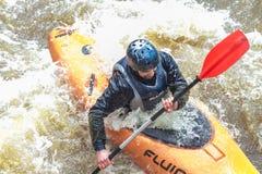 El transportar en balsa en primavera Amata del río, Letonia Gente y barco, agua Fotos de archivo